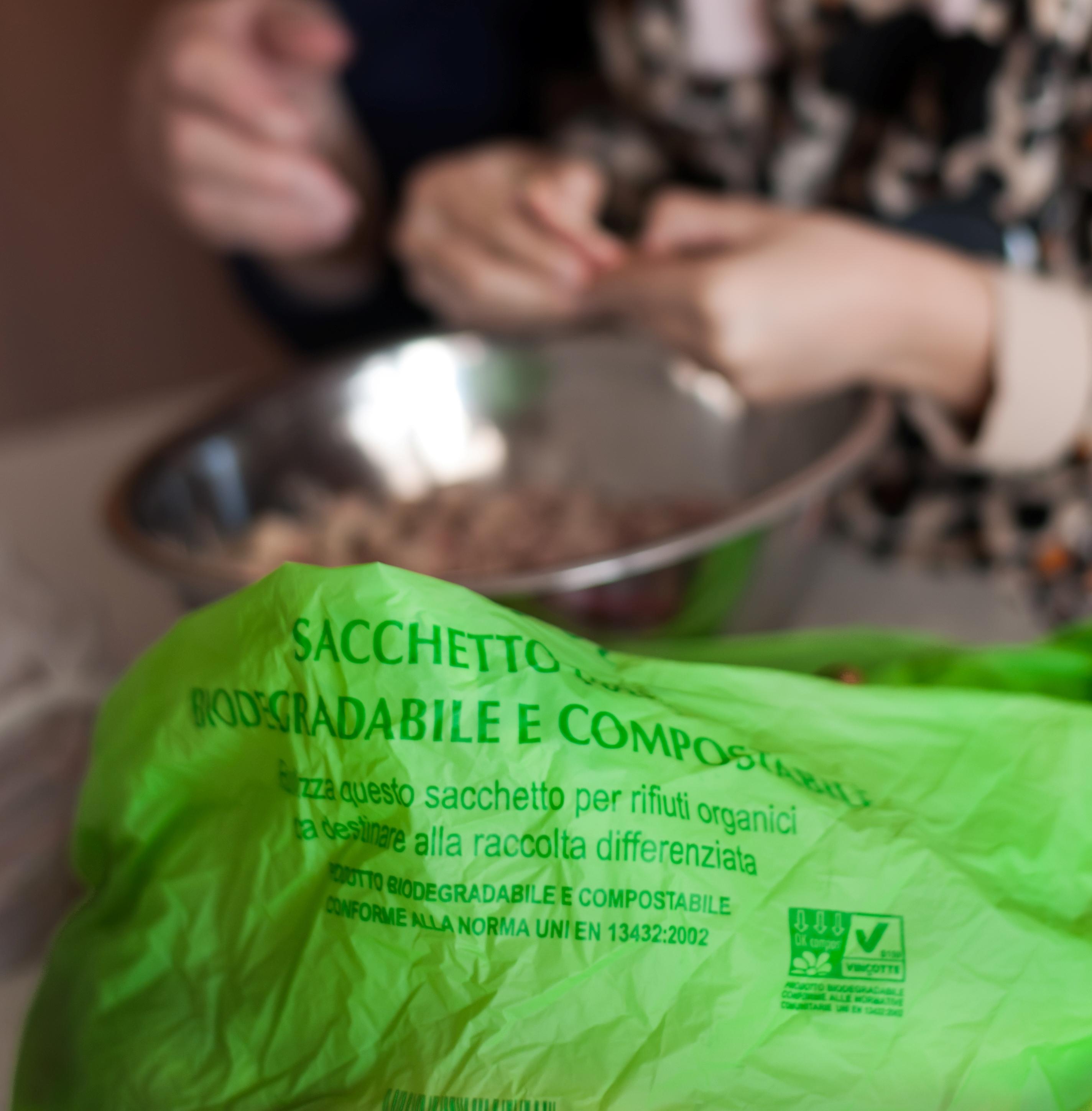 sacchetti biodegradabili a pagamento
