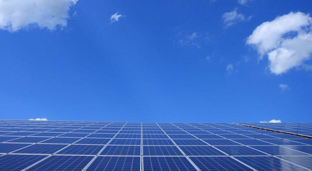 pannello fotovoltaico nel cielo
