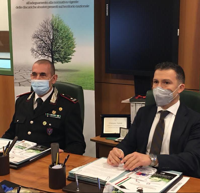 Giuseppe Vadalà oto firma protocollo fra Commissario straordinario Bonifica Discariche