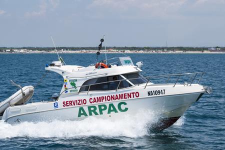 campionamento acque battello-spiaggia-ArpaCampania-450x300-1